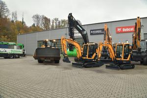 Am Schünke-Hauptsitz in Wehr bereiten sich rund 15 Hyundai-Bagger und Radlader der Baureihen 9A und der ganz neuen A-Serie auf ihre Einsätze bei Kunden vor.<br />