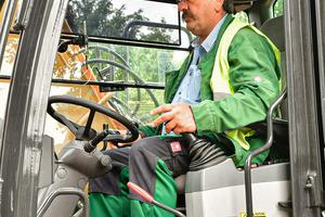 Baggerfahrer Joschi Gomez ist mit seinem neuen Arbeitsgerät zufrieden.