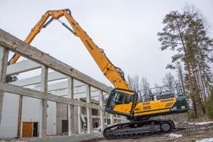 Einsatz mit dem 28 Meter langen dreiteiligen Ausleger über eine Gebäudekante hinweg.