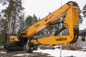 Hyundai HX520XL mit dreiteiliger Abbruchausrüstung beim finnischen Kunden MM Oy.