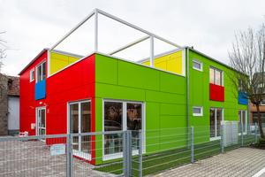 """""""Dass man als Architekt beim Bau einer Containerlösung ja eigentlich """"nichts mehr zu tun hat und vom Containerspezialisten eine 'fertige Kiste' hingestellt bekommt"""", ist ein Vorurteil, das mich ärgert. Das stimmt so ganz und gar nicht. Die Entwurfsarbeit eines Containergebäudes unterscheidet sich nicht von dem eines konventionellen Bauwerks – auch hier muss und kann das Raumprogramm mit all seinen Anforderungen kreativ und hochwertig in einen Grundriss übersetzt werden. Die Unterschiede liegen nur darin, dass man sich innerhalb eines gewissen Rasters bewegen und nahezu alle Planungsentscheidungen bereits sehr, sehr früh treffen muss"""", sagt Marion Rehberger, die als Gemeindearchitektin 2019 einen Hort für 40 Kinder in Ketsch realisierte."""