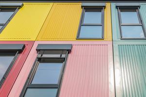 """""""Architektonisch konnten wir bei der Realisierung der Ateliers auf dem Kreativ Areal München sehr vieles anders machen, als wir es bei unseren Fagsi Gebäuden sonst gewohnt sind. Zu nennen sind hier beispielsweise die außergewöhnlichen Grundrisse, die außenliegenden Zugänge über die Terrassen oder die bodentief verglasten Fensterflächen, die für die besonders helle Innenraumatmosphäre in den Gebäuden verantwortlich sind und auch die zahlreichen Dachterrassen auf den Flachdächern, die den Mietern zusätzliche Arbeits- und Erholungsfläche im Freien bieten. Das hat durchaus Spaß gemacht"""", berichtet Resa Canli, verantwortlicher Bauleiter auf der Fagsi-Baustelle auf dem Münchner Lamento-Areal, auf dem 2020 inspirierende Ateliers in Containerbauweise für Münchner Künstler entstanden sind."""