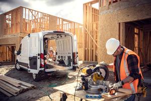 Eine bordeigene Energieversorgung verwandelt den E-Transit in eine mobile 2,3 Kilowattstunden-Strom-quelle, um elektrische Geräte auf Baustellen aufzuladen.