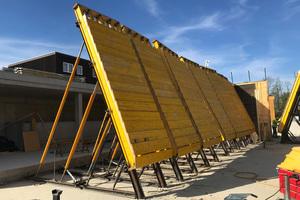Um die Holzstruktur herzustellen, wurden die zugeschnittenen Sonderschalungselemente in Rödermark vorproduziert und auf der Baustelle stufenweise mit Hölzern belegt.