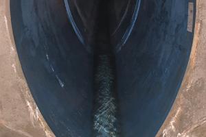 Das eiförmige GFK-Profil von Amiblu wurde mittels Kurzrohrlining eingebaut. Aufgrund der deutlich kleineren Dimension des neuen Kanals achtete die ausführende Aarsleff Rohrsanierung GmbH beim Verdämmen darauf, dass diese im Altkanal nicht aufschwammen.