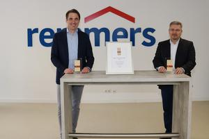Dirk Sieverding (links, Vorstandsvorsitzender der Remmers Gruppe AG) und Jürgen Jahn (Leiter Personal der Remmers Gruppe AG) freuen sich über die Auszeichnung.