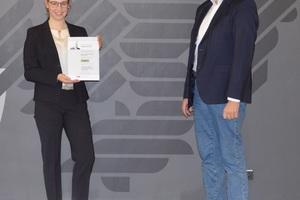 Die Erstplatzierte Claudia Fierenkothen erhielt den Edgard-Frankignoul Förderpreis 2021 von Univ.-Prof. Dr.-Ing. Matthias Pulsfort von der Bergischen Universität Wuppertal.