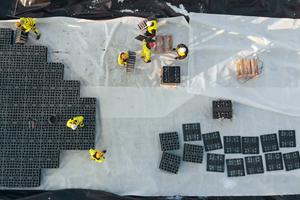 In nur 210 Arbeitsstunden haben sechs Mitarbeiter vor Ort 4.080 EcoBloc Inspect smart zu einem Blockverbund montiert und die Folien eingeschweißt.