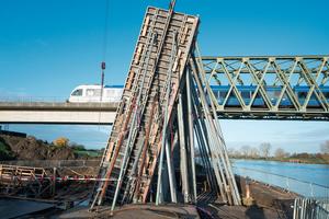 Die Radbrücke ist in ihrem Erscheinungsbild der benachbarten Eisenbahnbrücke angepasst.