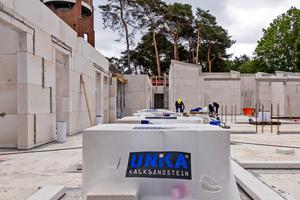 Für den Bau lieferten die Rodgauer Baustoffwerke GmbH Co. KG als Zustiftung Planelemente zur Erstellung der Innen- und Außenwände.