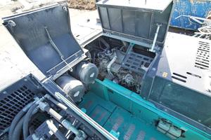 Gute Zugänglichkeit aller Wartungspunkte wie hier am 380-kW starken Hino-Sechszylinder kennzeichnen die Großbagger.