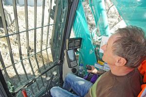 Baggerführer Franz Bartik schätzt Komfort und Übersichtlichkeit der Fahrerkabine mit leicht erreichbaren Bedienelementen und großflächigen Displays.