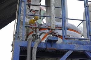 Am Inversionsturm befestigte Schläuche sorgten für eine kontinuierliche Wassereinleitung.