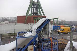 Vom Lkw aus wurde der Schlauchliner über ein Förderband zum Inversionsturm geführt.