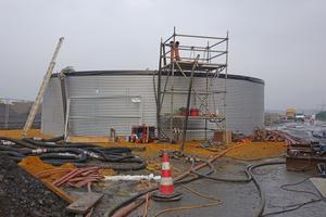 Um den für das Einstülpen des Schlauchliners erforderlichen hydrostatischen Druck aufbauen zu können, wurde neben der Einbaustelle ein Wasserbecken mit einem Fassungsvermögen von ca. 400 m<sup>3</sup> errichtet.