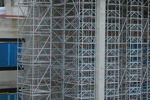 Im Bereich der Wände wurden zur punktuellen Traglaststeigerung einfach mehrere Traggerüstrahmen gekoppelt. Der am Boden vormontierte Allround-Modultreppenturm konnte per Kran sicher montiert werden und sorgte zudem für einen komfortablen Baustellenzugang.