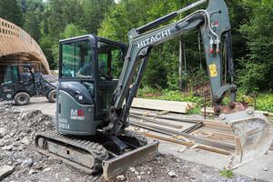 Der Hitachi Minibagger 26U und der kompakte Giant sind ideal für beengte Baustellen.<br />