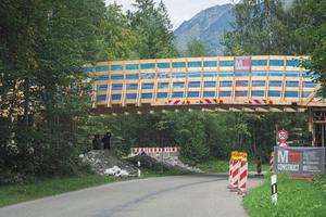 Eingerahmt von Fluss, Straße, Berg und Wald: die Baustelle Loipenbrücke in Oberstdorf ist idyllisch gelegen, aber beengt.