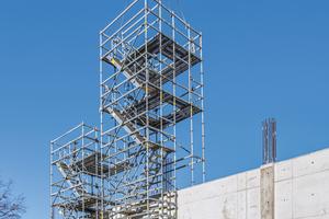 Peri Up Gerüsteinheiten mit integrierten Gerüsttreppen und zwei umlaufende Arbeitsebenen zur Realisierung der bis zu 8 m hohen Rechteck-Stahlbetonstützen lassen sich ohne zusätzlichen Montageaufwand mit dem Kran umsetzen.<br />