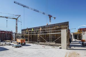 Zum sicheren Bewehren, Schalen und Betonieren der bis zu 5 m hohen Wände werden kranversetzbare Peri Up Bewehrungsgerüste eingesetzt, die ohne jegliche Ballastierung oder Verankerung standsicher sind.