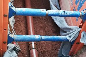 Schmutzwasserleitungen werden mit HS-Kanalrohren in braun verlegt.