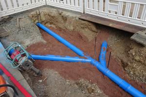Seit mehr als 25 Jahren hat sich das HS-Kanalrohrsystem bereits in der Praxis bewährt. Die blaue Farbgebung lässt auch Jahre später keinen Zweifel aufkommen, dass es sich um den Regenwasserkanal handelt.