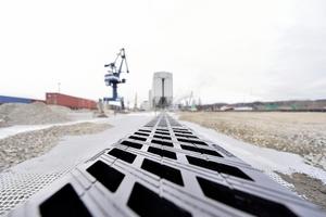 Entwässerung von Großflächen: Auf dem Containerumschlagplatz im Hafen Königs Wusterhausen garantieren Rinnen des Typs Hydroblock DN 300 für eine schnelle und sichere Aufnahme und Ableitung des Oberflächenwassers.
