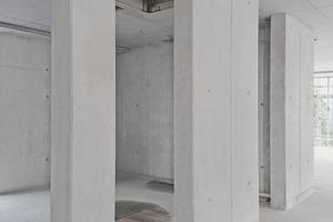 Ins Gesamtbild passen die Treppenhäuser und Aufzugschächte in attraktivem SB3-Sichtbeton.
