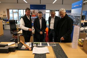 Die Vorstände Jan Scholten (2.v.l.) und Josef Andritzky (r.) und Präsident Peter Guttenberger (2.v.r.) stimmen sich mit Geschäftsstellenleiter Wolfgang Lübberding über die Inneneinrichtung der neuen Geschäftsstelle ab.