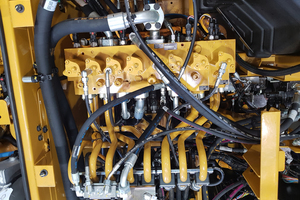 Elektrohydraulischer Steuerblock eines Mobilbaggers M318, Eingangsseite oben, Ausgang unten im Bild. Die elektrischen Steuer-anschlüsse befinden sich verdeckt unter dem Block.