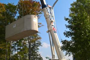 Der Mall-Löschwasserbehälter wird per Autokran in die Baugrube versetzt und einschließlich Zubehör von einem Team des Herstellers vor Ort montiert.
