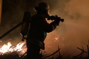 Das vorgehaltene Löschwasser dient vor allem dazu, einen Flächen- bzw. Waldbrand durch Funkenflug oder brennende Trümmerstücke zu verhindern.