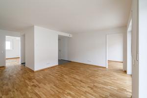 Die Räume sind weitläufig und offen gestaltet. Große Fenster lassen zudem viel Licht hinein, was die großzügige Raumwirkung noch unterstützt.