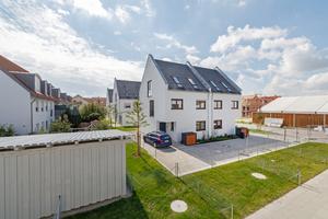 Alle Häuser wurden aus massivem Mauerwerk mit Unipor W07 Silvacor-Ziegeln errichtet. Aufgrund ihrer Dämmstoff-Füllung aus nachwachsenden Nadelholzfasern sind sie zugleich besonders nachhaltig, energieeffizient und wohngesund.