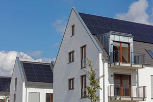Auf allen Dächern befinden sich Photovoltaik-Anlagen. Zusammen mit einer zentral installierten Solarthermieanlage und einer Holzschnitzelheizung decken sie einen Großteil des Heizenergie- und Strombedarfs ab.