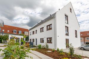 """Nachhaltigkeit und Energieeffizienz bilden den Grundstein für die """"Sonnenhäuser"""" in Moosburg. Drei Doppel- und 16 Reihenhäuser sowie zwei Mehrfamilienhäuser mit insgesamt zwölf Wohnungen bieten hier Platz für verschiedene Haushaltsgrößen und Wohnansprüche – abgerundet von einem fast autarken Energiekonzept."""