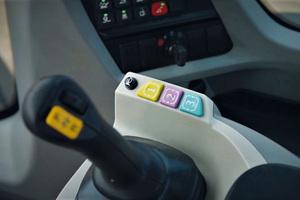 Drei farbcodierte, konfigurierbare Tasten an der rechten Armlehne ermöglichen es dem Fahrer, schnell zu reagieren.