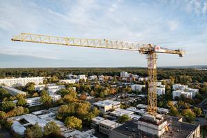"""Der BKL Mietkran 202 EC-B ist einsatzbereit – der Kunde kann mit den Sanierungsarbeiten am Hochhaus """"Peppone"""" beginnen.<br />"""