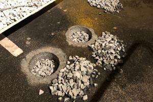 Anschließend wurden die Bohrlöcher mit Schotter (32-56 mm) bis zu 25 cm Tiefe verfüllt.