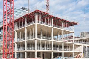 Ob am Topmax Deckentisch oder am fertigen Deckenrand, an allen absturzgefährdeten Stellen findet sich auf der Koblenzer Baustelle das Seitenschutzsystem Protecto.