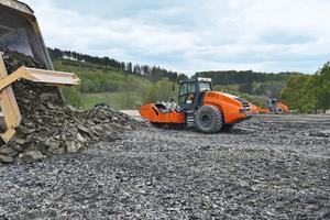 Arbeitsprozess mit dem VC-Walzenzug: Lkw bringen das Gestein vom Steinbruch direkt zum Einbauort. Anschließend verteilt eine Raupe das Material in 40 cm hohe Lagen. Zuletzt brechen die Felsbrecher-Walzenzüge das Gestein und verdichten es dabei gleichzeitig.