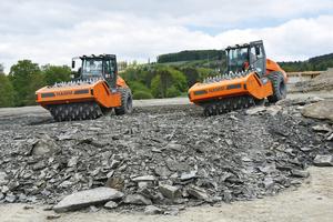 Brechen und Verdichten im Akkord: Jeder der beiden VC-Walzenzüge hat beim Bau pro Tag circa 2.250 m³ in 40 cm dicken Lagen gebrochen und verdichtet.