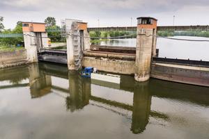 Sanierung im laufenden Betrieb: Zwei der drei Wehrfelder müssen stets für den Wasserabfluss offen bleiben.