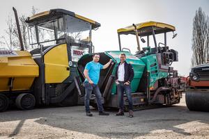 Mitgründer Björn Kraus (links) und Alexander Hirsch (rechts) vor den mobilen BK Vermietungsanlagen am<br />zentralen Standort Fröndenberg.<br />