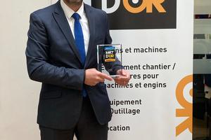 """Eric Limasset – Geschäftsführer von Layher Frankreich – nahm den Innovationspreis """"MAT D'OR"""" für das modulare Fassadengerüstsystem AGS entgegen.<br />"""