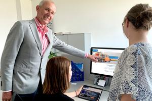 Geschäftsführer Mag. Peter Knor präsentiert die neue Website von LogicLine.