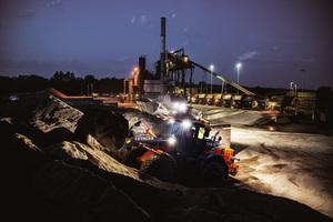 Bei Dunkelheit leuchten acht LED-Scheinwerfer das Arbeitsgebiet vollständig aus.<br />