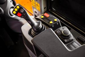 Mit dem elektronisch vorgesteuerten Multifunktionshebel lassen sich Hubgerüst und Hydraulik-Werkzeuge sehr feinfühlig steuern.