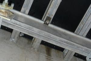 Ein praktisches Detail der Ischebeck Titan Alu-Flex sind z.B. die Klemmstücke. Damit können die Schalungsträger mit den Jochen verbunden, oder auch Stützen am Träger festgeklemmt werden – statt der Nägel beim Holzträger, die wieder gezogen werden müssen und oft Schäden hinterlassen.