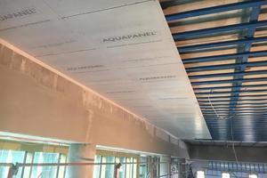 Auf die Unterkonstruktion aus korrosionsgeschützten C5-M Profilen montierten die Fachunternehmer die feuchteunempfindliche Decke aus Aquapanel Cement Board SkyLite Zementbauplatten.